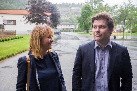 Rådmann Martin Lundgård blei tilsett som rådmann under kommunestyremøtet 1. juni, etter ei tid som konstituert rådmann. Her med ordførar Gunhild Berge Stang (V).
