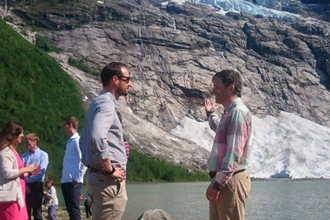 Kronprins Haakon fekk orientering om breens utvikling ved foten av Bøyabreen.
