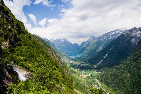 Re-opning av vegen over Oldeskaret. Start ved Melkevoll bretun i Oldedalen, Stryn, over til Haugastølen i Stardalen i Jølster. Opning av stien med Jostedalen nasjonalpark. Utsyn mot Olden