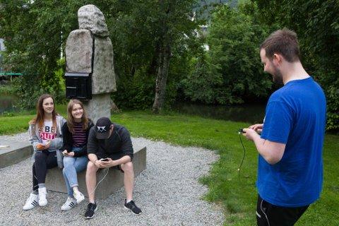 VANLEG SYN: Det kan trygt påståast at denne statuen får meir besøk enn nokon sinne i desse dagar. F.v. Sandra Mo (20), Ingrid Lyslo (20), Håkon Lyslo (17) og Martin Mo (21).