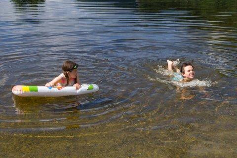 FORFRISKANDE: Sjølv om Førdefjorden truleg har vore varmare, fann Carina og Matheus seg til rette i vatnet.