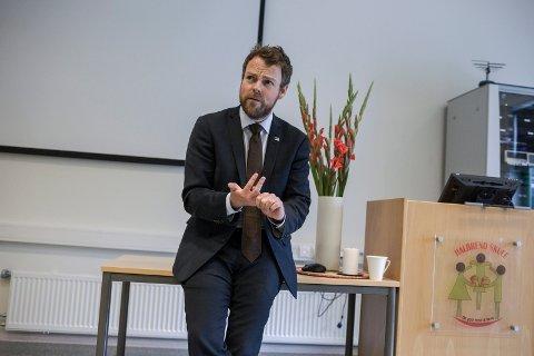 OPPMODAR: Kunnskapsminister Torbjørn Røe Isaksen ber unge søkje utradisjonelt.