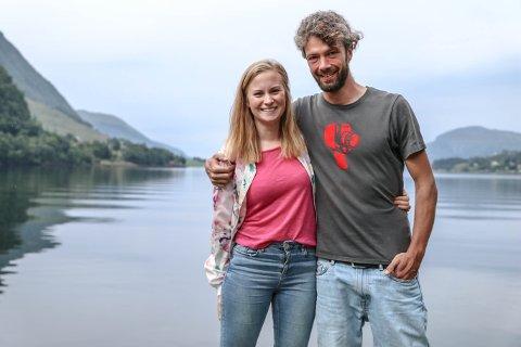 Tyske Timo Peters og Alice Hestad Vie frå Stongfjorden. Peters skriv ein tysk blogg, og har 30 000 følgarar i månaden. Han elskar å reise, men no har kjærleiken fanga han i Stongfjorden.