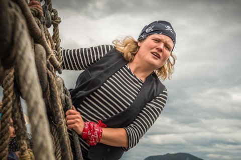 Siri Helle har kjøpt seglbåt og speidar etter mannskap.