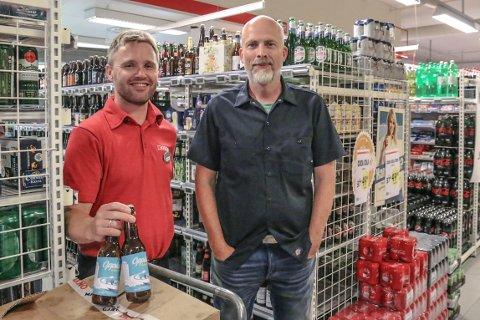LOKALT: Rolf Risnes (t.h.), gründer i Skifjorden bryggeri, gler seg over mottakinga det nye ølet har fått. Kjøpmann Eirik Hjelmbrekke (t.v.) får på si side inn endå ein type øl, i tillegg til dei nærmare 250 ulike sortane han har frå før.