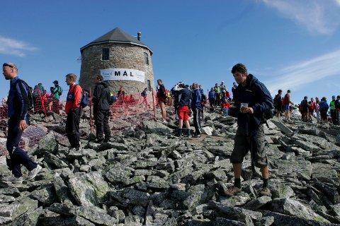 Skålatårnet markerer normalt sett slutten på kraftprøva Skåla Opp, men i år gjer snø i fjellet at målgangen blir flytta til Skålavatnet.