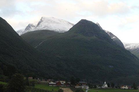 Slik ser Skåla ut etter snøfallet dei siste dagane. Snøgrensa går ved ca. 900 meter over havet.