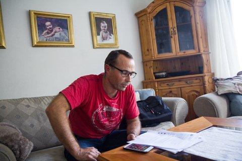 Stein Mortensbakke ser over utskrifter frå det han har skrive om barnevernet i Naustdal
