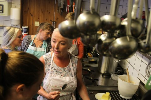 AVSLØRING: Nina Gjervik røpar alle hemmelegheitene du treng for å lage førsteklasses fiskekaker under kurset på Blomsterhagen sitt intime kjøkken.