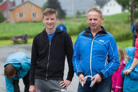 FAR OG SON: Henrik Nedrebø (t.v.) følger i faren, Johannes Nedrebø (t.h,) sine fotspor når han driv med hesteskokasting.