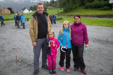 FAMILIE PÅ TUR: Denne familien legg helga til Jølster for å delta på NM. Frå venstre: Egill Danielsen, Asta Marie Sørebø Danielsen, Hanna Amalie Sørebø Danielsen og Yngvild Sørebø Danielsen.