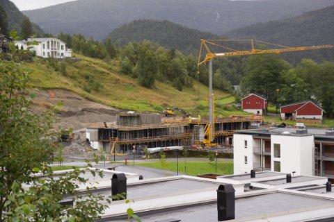 Ei av fleire bustadblokker er i ferd med å bli reist i Nedre Bøbakkane i Førde.