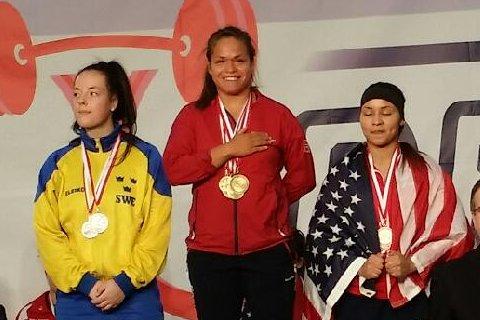 Her får Silvia Kapstad det handfaste provet på at ho er verdsmeister. Her er ho på pallen saman med Lowe (Sverige) og Young (USA).