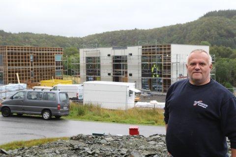 FORNØGD: Byggmeister Steinar Bråstad har leigekontraktar med kommunen i 20 år og har ikkje merka nokon forskjell på leigeinntekter. Her med «Kvartett Askvoll» i bakgrunnen.
