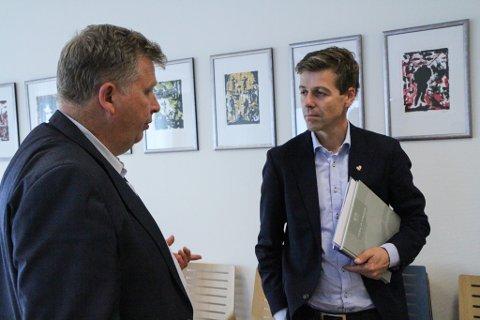 PARTILEIAREN: Knut Arild Hareide (t.h.) meiner Oslo-motstanden mot utflytting skjer med grunnlause argument. Her er han i samtale med tilsynsdirektør Atle Hamar.