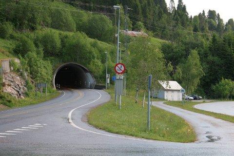 Stengt: Naustdaltunnelen vart stengt klokka 11.18 måndag føremiddag på grunn av ein gjenstand som heng ned frå taket.
