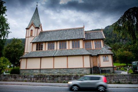 FREDA: Kyrkjebø kyrkje erstatta i 1869 ei gamal tømmerkyrkje som vart bygd om lag 1590-1600. Den gamle kyrkja stod om lag 25 meter lenger aust/nordaust enn dagens kyrkje. Kyrkjegardsmuren vart pålagt utbetra i 1774; den skulle vere 2 alen høg, 2 alen breid i botnen og 1 alen breid øvst.