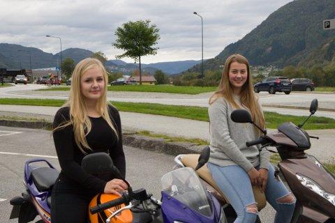 Andrine Hauge (16) og Kamilla Hornes (16)
