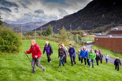 FOLKEHELSE: Eit 20-tals personar deltok i måndagens «Trim i Sentrum» i Førde. Leiar i Indre Sunnfjord Turlag, Kjell Arne Hjellbrekke (i raudt), hadde planlagt turløypa og synte veg.