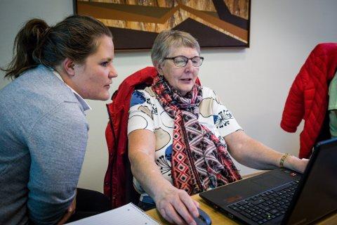 NYTT: Aud Svanhild Øvrestrand frå Gaular får hjelp av Silje Nistad Alrek til å logge seg inn i nettbanken for første gong.