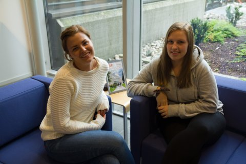 June Terjedotter Sunde (f.v.) og Thea Johansen trur ein del studentar bruker meir pengar enn dei har.