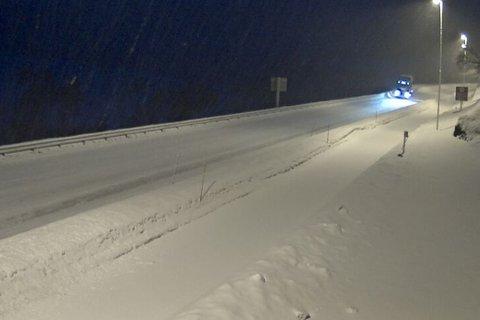 Det snør tett på Filefjell, men vegen er førebels open.