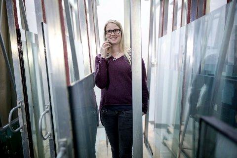 Glasmeister Connie Holvik (29) tek snart over som direktør i familiebedrifta John Holvik AS / Holvik Glas etter faren Bjørn Holvik. John Holvik sjølv er framleis med på laget.