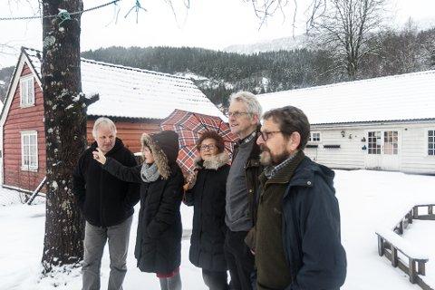 Erik Olav Hagen, Siri Brændmo, Ragnhild Myklebust, Erik Oddvar Solheim og Kjell Aage Udberg - sorenskrivargarden på Toene - mot barnehagea