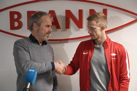 Peter Orry Larsen blir Brann-spelar etter ti år i Aalesund. Her saman med sportssjef Rune Soltvedt på Stadion torsdag.
