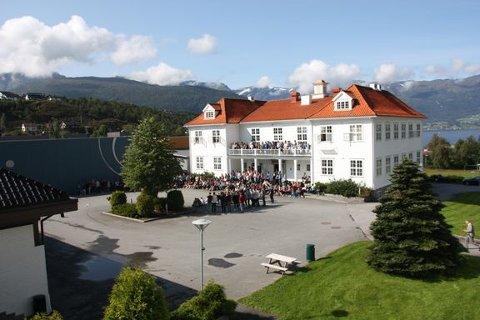 FÅR ROS: Firda Vidaregåande skule på Sandane får Dronnings Sonjas skulepris.