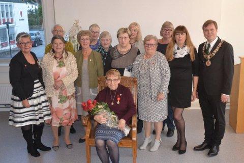 FORTENESTEMEDALJE: Ragnhild Bjørlo (midten) vart måndag heidra for mangeårig teneste.