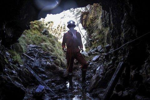INGA DRIFT: Hausten 2014 var geolog David Hakes på plass i dei gamle kopargruvene i Grimelid. No er det bestemt at selskapet legggruveplanane til side.