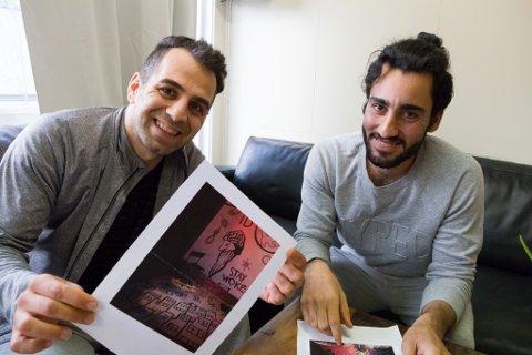 Zaniar (t.v.) og Saeed (t.h.) syntest det var ei positiv oppleving å bidra med teikningar til scenografien på teaterstykket «Invasjon».