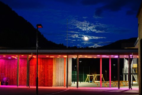 INTEGRERT I ARKITEKTUREN: Den kunstneriske installasjonen «Himling» fungerer som ein del av lyssettinga i skulebygget.