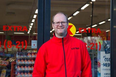MORO: Butikksjef Bjarte Espeland på Coop Extra i Naustdal seier drifta på butikken har vore utelukkande positiv sidan oppstart i 2015.