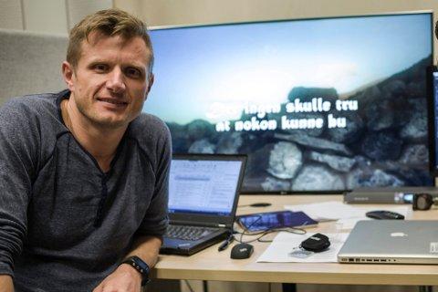 LANDA SJEFSJOBB: Arve Uglum (45) er ny ansvarleg redaktør og dagleg leiar i Sogn Avis. Han vert trigga av utfordringar, og valde jobben for å kunne vere ei stemme for Sogn.