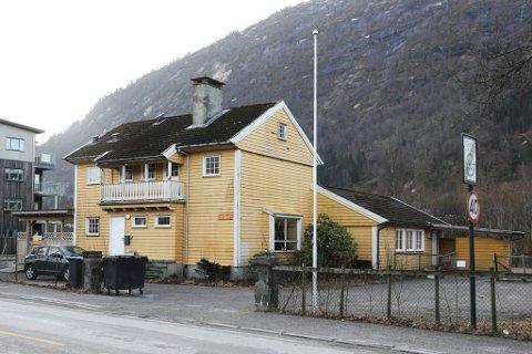 HER KJEM NYBYGG: Det gule huset i Angedalsvegen skal rivast og erstattast av ei ny bustadblokk. Spørsmålet er om ho vert på fire eller fem etasjar.