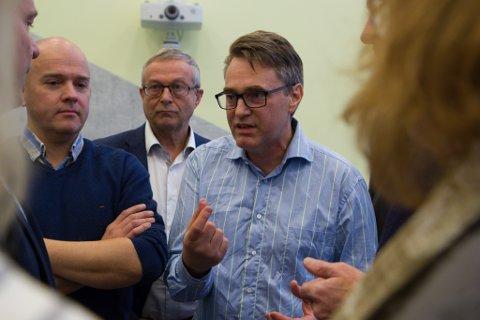 NEDSTEMT: Etter eit kort gruppemøte blei det klart at Marius Dalin sitt utsettingsforslag ikkje vann fram, og blokk-prosjektet blei vedteke av bystyret. Frå venstre: Rune Hegrenes (Sp), Helge Schei (SV) og Marius Dalin (MDG).