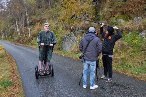 NY BY: «Frå sjøhola til sjukehuset» skal visast i Florø denne veka. Her er Hans Jakob Reite, Espen Nyttingnes, Sigbjørn Hvidtsen under produksjonen av filmen.
