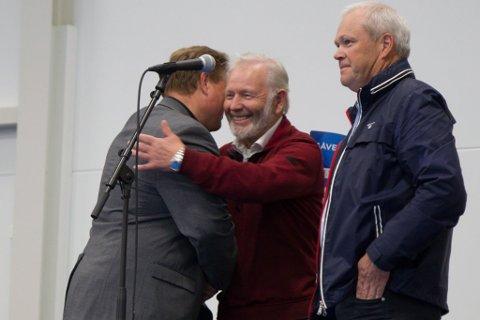 GÅVE: Her takkar Brigt Samdal for gåvesjekken på 700.000 kroner til fleirbrukshallen i Eikefjord. Gåva kom frå dei to rikaste i Flora, Inge Helge Vassbotten (i midten) og Alex Vassbotten (t.h).