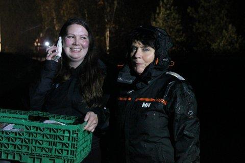 Kari Helland (t.h.) og dottera Ingfrid Marie fekk løyve av politiet til å passere rasområdet.