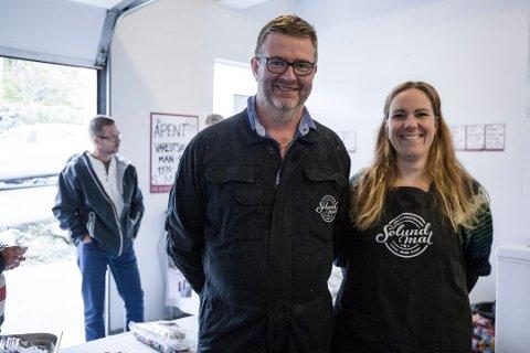VANN GULL: Solundmat starta i 2011 og sel kjøt frå villsau og klippfisk. Her er dagleg leiar Øyvind Lending avbilda i 2016 med kona Silje som også jobbar i bedrifta.