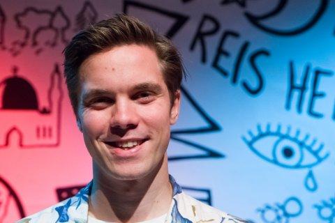 Frode Gjerløw har regi på teaterstykket Invasjon. Da dei skulle lage kulissane til forestillinga, spurte han lokale innvandrarar om hjelp.