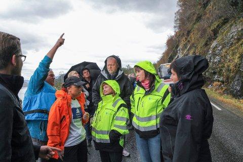 RASFYLKE: Åshild Kjelsnes (i midten) og andre politikarar under ei synfaring på fv 609 ved Heilevang. Dette er ein av stadane som skrik etter rastrygging.
