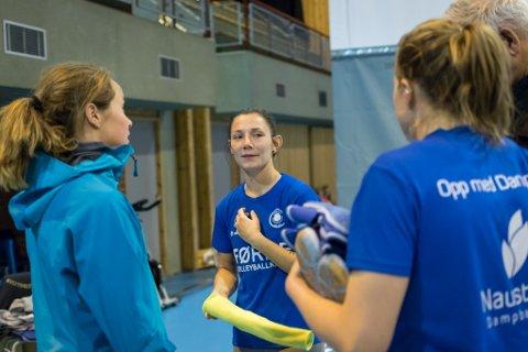 LEIAR: Eline Bye kjem til Førde-laget med erfaring som libero-kaptein i Stod då dei gjekk til kvartfinalen i europacupen, og med fleire landskampar bak seg. Her i samtale med Martine Viken (t.v.) og Hilde Elvebakk.