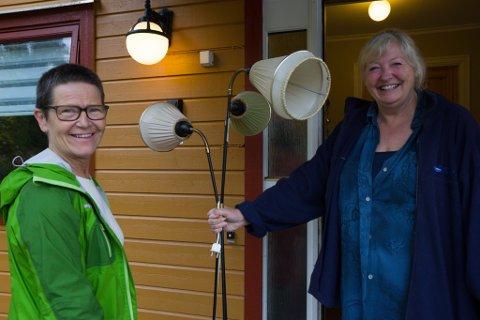 KUPP: Cecilie Utne og Anne Gurine Faanes fann mykje fint på hustømminga. Utne hjelpte til med å spreie ordet om arrangementet på Facebook.
