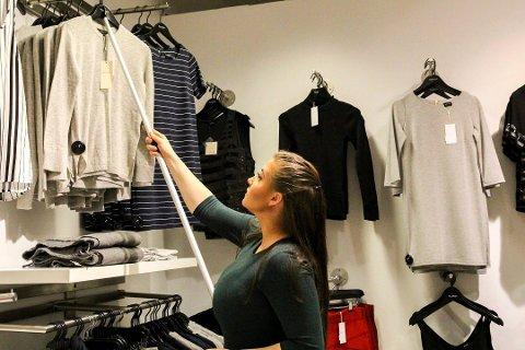 PÅ JOBB I SOLIDARITET: I fjor jobbar Matilde Gjesdal på klesbutikk til inntekt for OD. I år har Hafstad vgs droppa OD-dagen fordi mange elevar heller kjøper seg fri enn å jobbe i solidaritet.