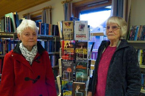 MISNØGDE: Lokalpolitikar Laila Oppedal (til venstre) og Målfrid Nes håpar Gaular-politikarane kan samlast om å behalde biblioteket i bygda.