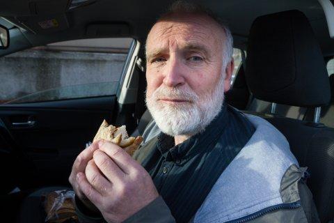 MÅ GÅ FORT: Hans Jakob Reite har ikkje tid til å lage middag når han suser rundt i Førde som ubetalt filmstjerne. To skiver og to kalde fiskekaker gjer nytten før neste avtale.