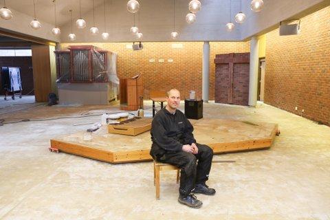 TOMT: Inne i kyrkjerommet er det stort sett tomt. Men i løpet av eit par veker skal både nytt golv og inventaret vere komme på plass att. Dugnadleiar Harald Ålen trur resultatet skal bli veldig bra.